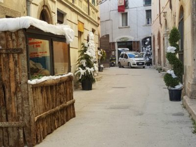 Presepe realizzato dalla scuola dell'infanzia, plesso rione Napoli e plesso Arduino Carbone, che illustra, con dipinto su pietra, gli antichi mestieri, esposto in via Branca.