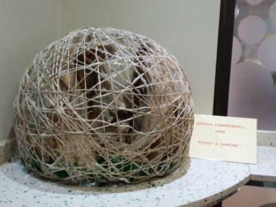 Presepe realizzato dalla scuola primaria Arduino Carbone rappresentato in un globo terrestre con corda intrecciata con al centro la natività, esposto nel bar Masci.